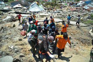 Vì sao Indonesia khẩn trương chôn cất hàng ngàn thi thể sau thảm họa kép?