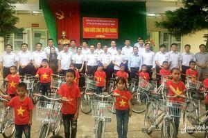 Nhiều hoạt động hỗ trợ học sinh và hộ nghèo ở các địa phương