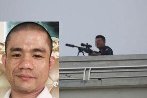 Cận cảnh hiện trường cảnh sát dùng súng bắn tỉa bao vây đối tượng có 'hàng nóng' cố thủ trong nhà ở Nghệ An