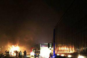 Giao thông tắc nghẽn suốt đêm vì xe đầu kéo cháy dữ dội