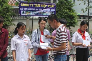 Tân Hiệp Phát trao hàng trăm học bổng cho trẻ em nghèo Cà Mau