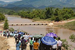 Học sinh, giáo viên và phụ huynh góp tiền xây cầu tặng các bạn nghèo