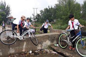 'Lỡ hẹn' xây cầu, người dân bất chấp nguy hiểm qua cầu chờ sập