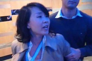 phóng viên Trung Quốc gây sốc vì tát đại biểu hội nghị ở Anh