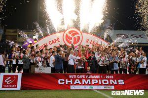 CLB Hà Nội tưng bừng nâng cúp vô địch V-League trong ngày chia tay sân Hàng Đẫy