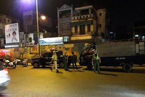 Xử lý 26 trường hợp ô tô vi phạm vận chuyển hàng hóa vào chợ Long Biên