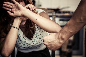 Người mẹ 16 tuổi lên mạng xã hội tố bị 'chồng' bạo hành