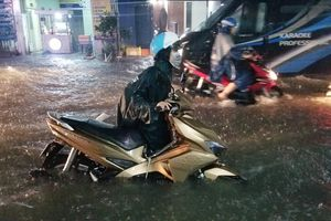 Nhiều tuyến đường ở TP.HCM ngập sâu sau cơn mưa 1 giờ