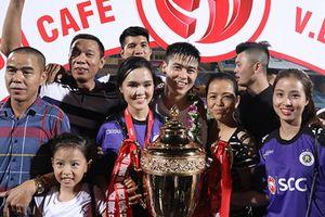 Cầu thủ CLB Hà Nội nhận cúp vàng V.League bên người thân