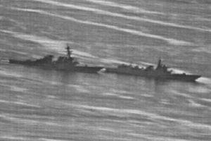 Lộ ảnh tàu Trung Quốc 'vượt đầu' tàu Mỹ trên biển Đông