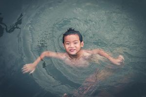 Những đứa trẻ khắp Việt Nam: Bé Thiết 6 tuổi 'lặn ngụp' dưới nước