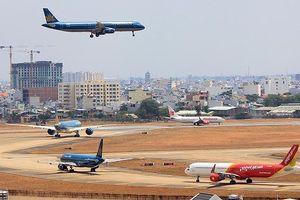 Hành khách hút thuốc cạnh động cơ máy bay ở Tân Sơn Nhất
