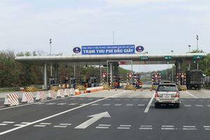 Hàng chục xe vượt trạm, chống đối nhân viên thu phí đường cao tốc