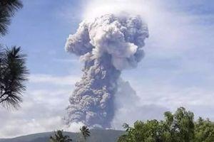 Vừa bị động đất, sóng thần, đảo ở Indonesia lại hứng núi lửa phun cao