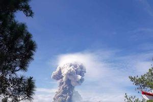 Núi lửa vừa 'thức dậy' trên đảo bị nạn Sulawesi, Indonesia phun cột tro cao 4.000m