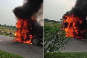 Clip: Xe tải cháy ngùn ngụt trên quốc lộ 21B Hà Nam