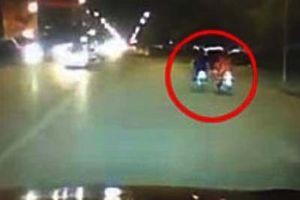 Đang đi xe máy, người phụ nữ bị 2 tên cướp 'nhí' giật điện thoại