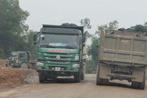 Nghệ An: Xe chở đất cơi nới thành thùng 'cày' nát đường