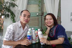 Vợ chồng trẻ bảo vệ môi trường