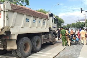 Người phụ nữ ngã văng ra đường bị xe ben cán tử vong