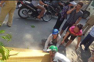 Hà Nội: Từ trong ngõ lao qua đường tàu, một người đàn ông tử vong