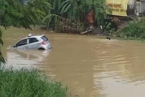 Taxi lao thẳng xuống sông vì tài xế quên kéo phanh tay