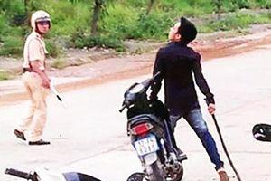 Bị CSGT yêu cầu dừng xe, thanh niên 25 tuổi rút dao chém 3 chiến sĩ trọng thương