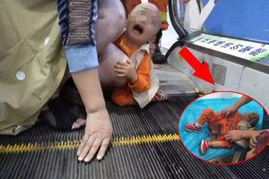 Bé trai dưới 2 tuổi bị kẹt bộ phận sinh dục ở thang cuốn siêu thị