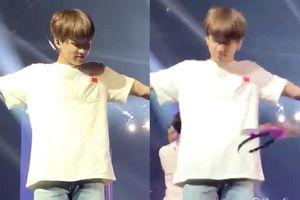 Concert BTS: Netizen 'nóng mặt' vì fan liên tục ném đồ lên sân khấu, nguy hiểm trực tiếp tới các thành viên