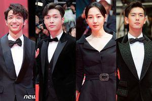 Vừa xác nhận trở lại cùng EXO, Lay cùng Lữu Dĩ Hào, Lý Hiện tỏa sáng tại thảm đỏ 'LHP Busan 2018'