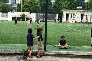 Khi đón con ở trường, đừng về vội!