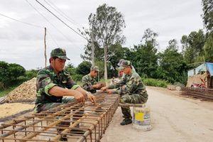 Bộ đội vùng biên giúp dân xây dựng nông thôn mới