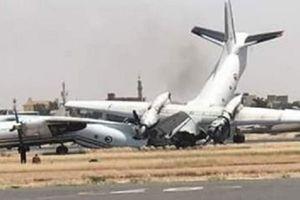 Hai máy bay Antonov 'húc' nhau, gãy đôi trên đường băng