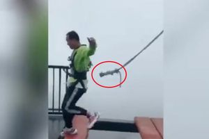 Clip: Dây an toàn tuột khỏi người du khách trên cầu treo cao 300m