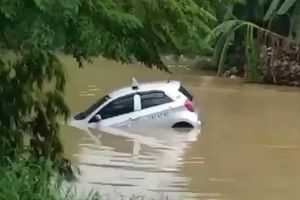 Clip: Tài xế quên kéo phanh tay, taxi trôi thẳng xuống sông