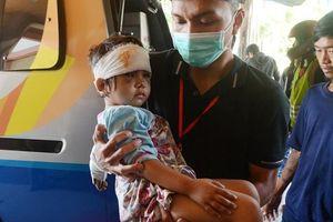 Người cha đau khổ đi tìm xác con trai suốt 5 ngày sau trận thảm họa kép khiến hàng nghìn người chết thảm