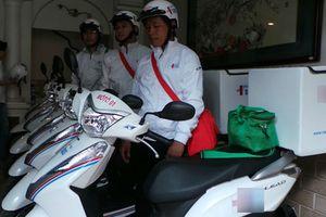 Bác sĩ ở TP HCM đi cấp cứu bệnh nhân bằng xe máy