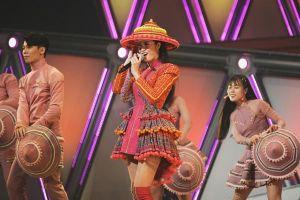 Đông Nhi diện trang phục dân tộc H'mông, đội nón lá trên sân khấu Nhật Bản