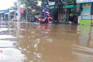 Người Sài Gòn vất vả sống với nước ngập 3 ngày không rút