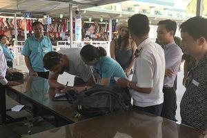 Cặp vợ chồng nước ngoài 'té ngửa' bị lừa khi đặt vé nghỉ tuần trăng mật trên vịnh Hạ Long