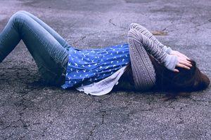 Thấy người yêu treo cổ tự tử, cô gái khóc thét tiết lộ nguyên nhân