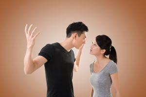 Phát hiện vật là trong ngăn kéo, chồng điên cuồng hành hạ, đòi ly dị vợ