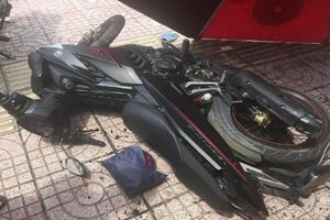 Hiệp sĩ lao xe máy vào tên trộm đang bẻ khóa ở Sài Gòn