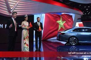 Hoa hậu VN 2018 Trần Tiểu Vy duyên dáng sánh đôi cùng David Beckham bên bộ đôi xe VinFast tại Paris Motor Show