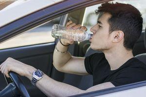 Thói quen để chai nước lọc trong ô tô tưởng như vô hại nhưng có thể gây chết người