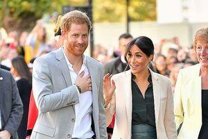 Hoàng tử Harry điển trai lịch lãm sánh bước cùng vợ thăm xứ Sussex