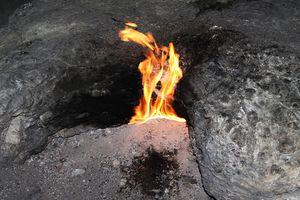 Phát hiện hố sâu bí ẩn tự phát ra lửa