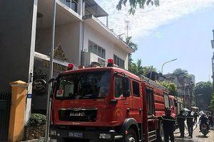 Giải cứu 3 người mắc kẹt trong vụ cháy tại quận Hoàn Kiếm