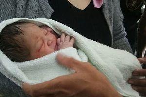 Vừa mới chào đời, bé trai còn nguyên dây rốn bị mẹ ném từ tầng 5, may mắn sống sót nhờ những tàu lá chuối