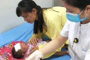 Đau xót cảnh em bé chưa tròn 1 tháng tuổi viêm loét toàn thân vì tắm lá